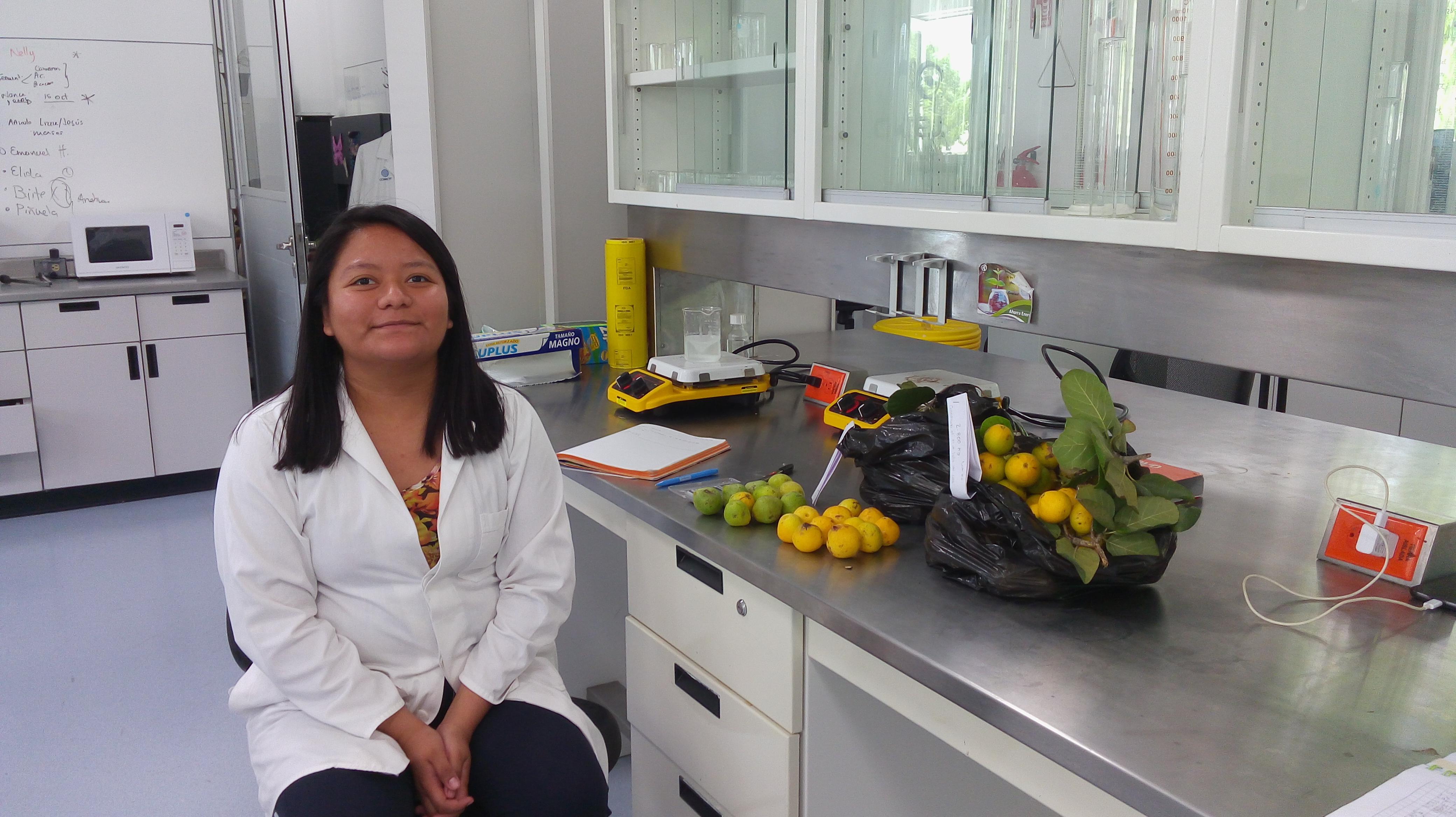 Kimberly Méndez Campos alumna de licenciatura del Instituto Tecnológico Superior de Martínez de la Torre, quien se encuentra trabajando con los frutos para su tesis